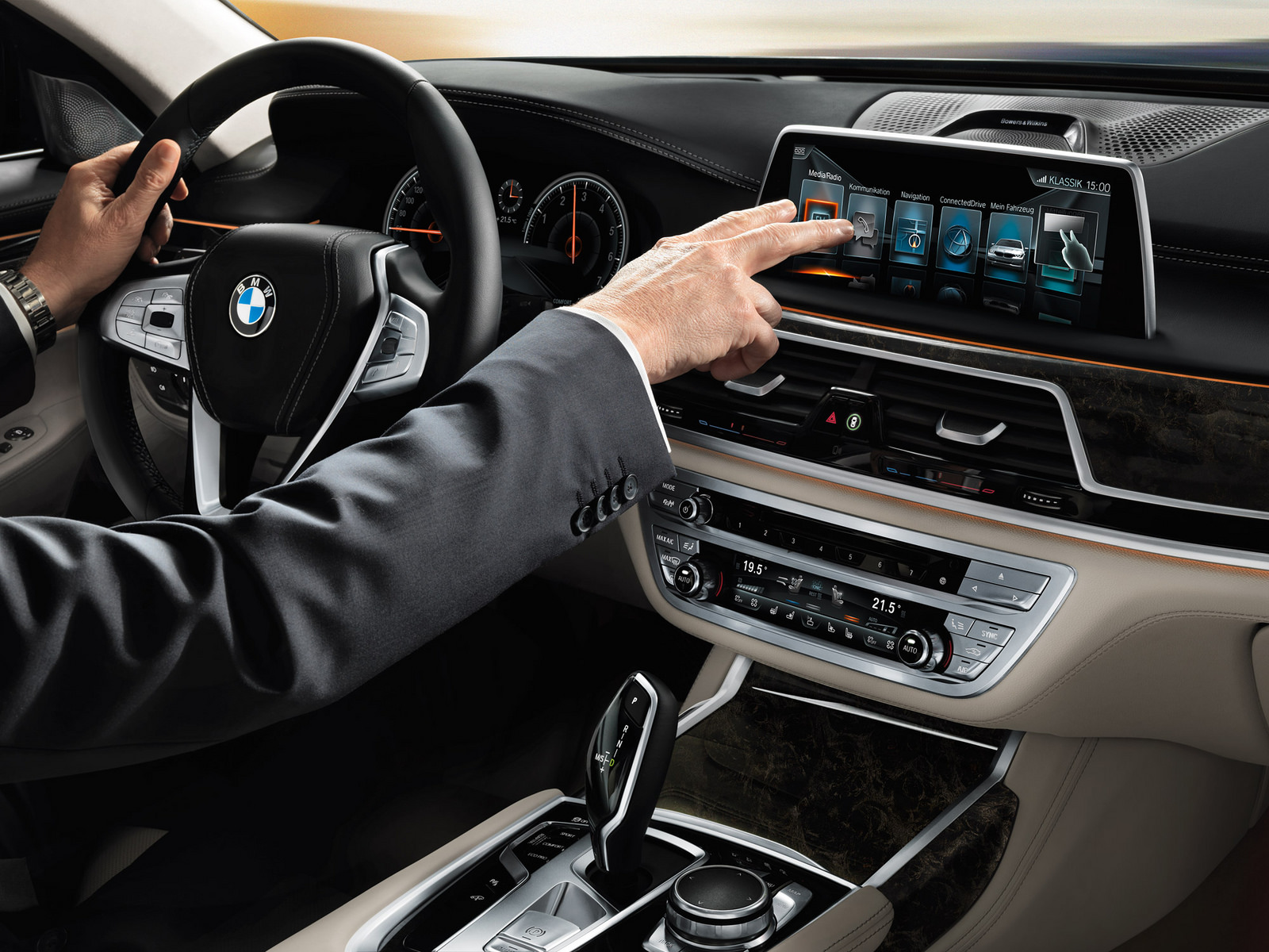 2016-2017-BMW-7-Series-Sedan-G12-interior-2