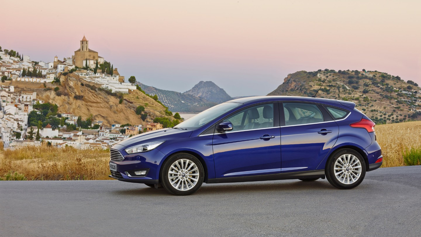 ford-focus-eu-NewFocus_04-16x9-2160x1215-ol-blue-focus-side-view-historical-city-in-background.jpg.renditions.extra-large.jpeg