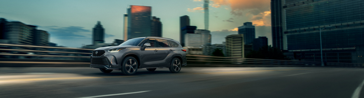 2020 Toyota Highlander driving in city - Toronto, ON