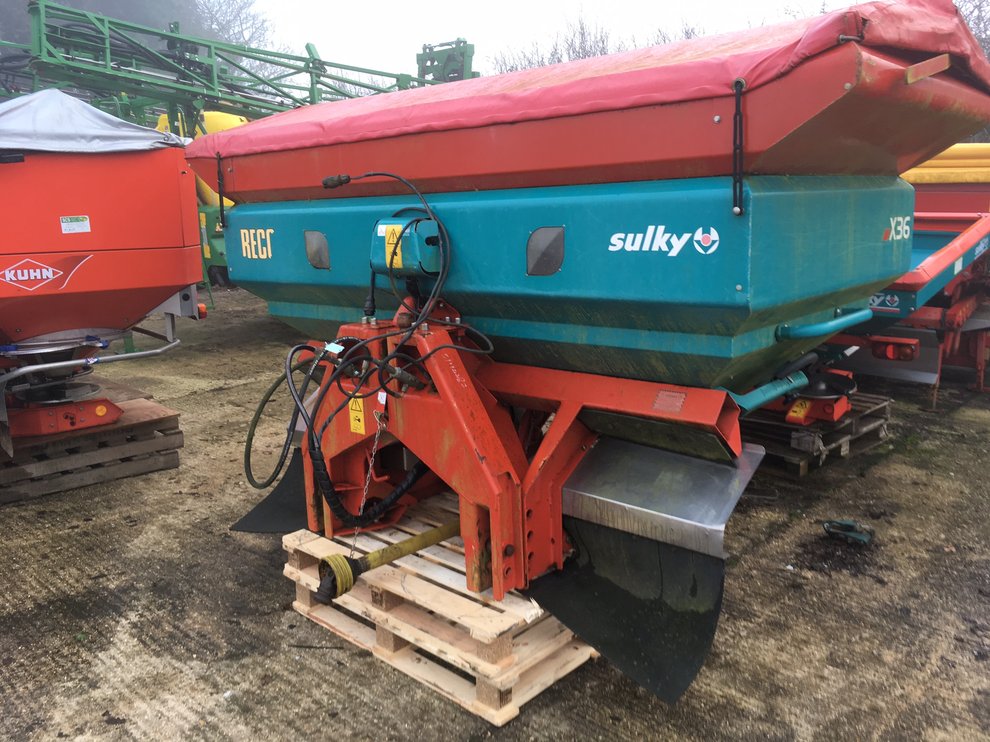 2008 USED SPREADER . X36 FERT SPREADER